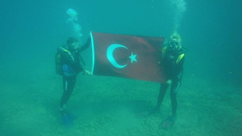 Denizin altında otizme dikkat çekip, Cumhuriyet Bayramı için Türk bayrağını dalgalandırdılar