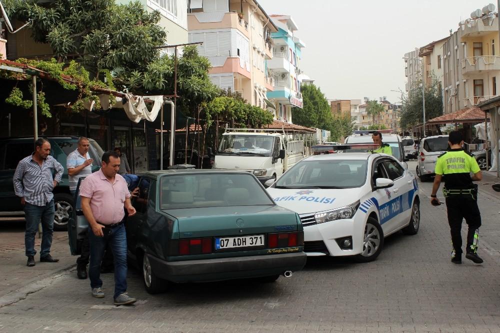 Dur ihtarına uymayan otomobil polis aracına çarptı