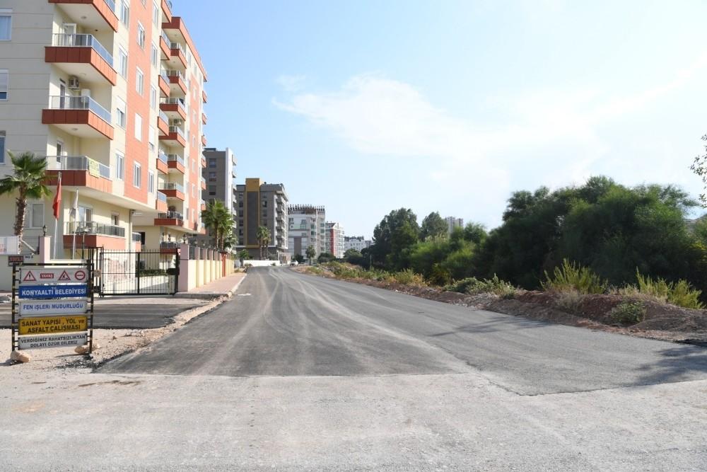 Konyaaltı Siteler Mahallesi'nde yeni sokağa sıcak asfalt