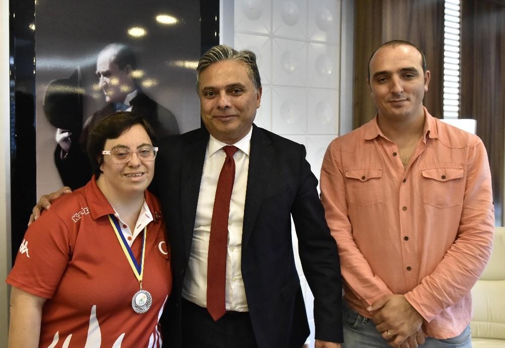 Madalya sevincini Başkan Uysal'la paylaştı