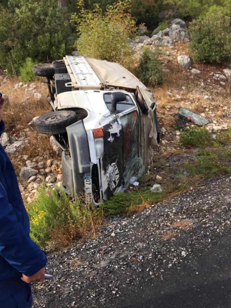 Manavgat-Akseki yolunda kamyonet devrildi: 5 yaralı