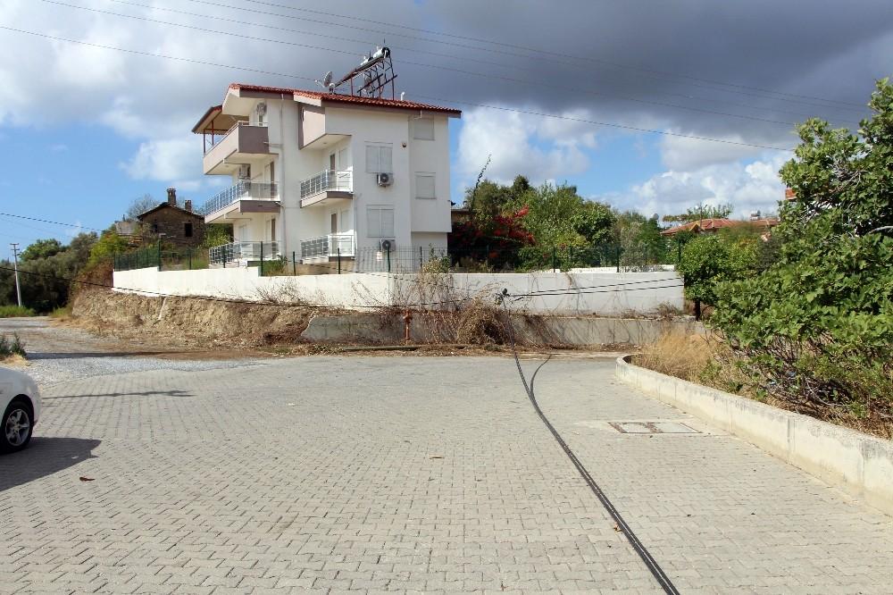 Manavgat'ta telefon direği yıkıldı, teller askıda kaldı
