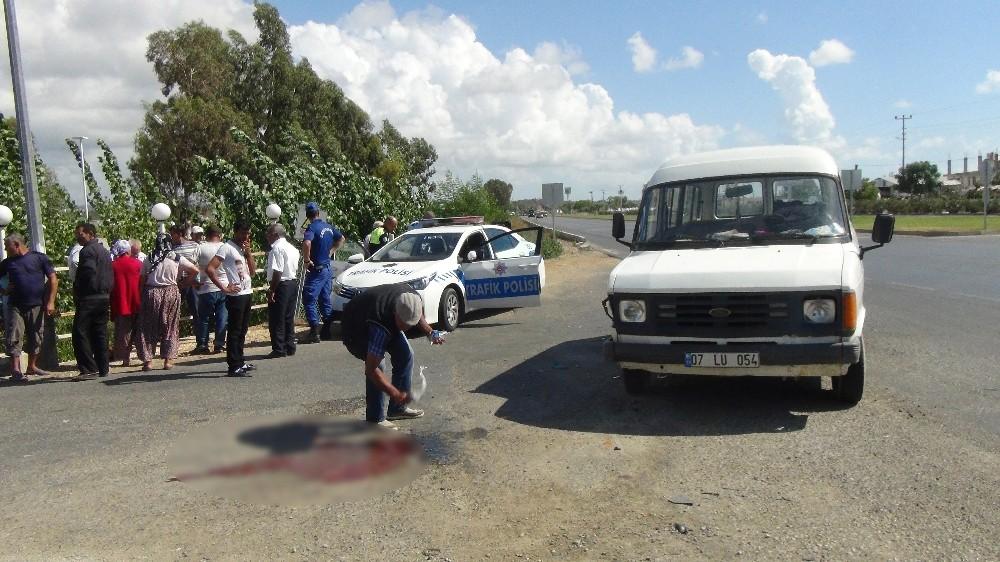Motosiklet ile yolcu minibüsü çarpıştı: 1 yaralı