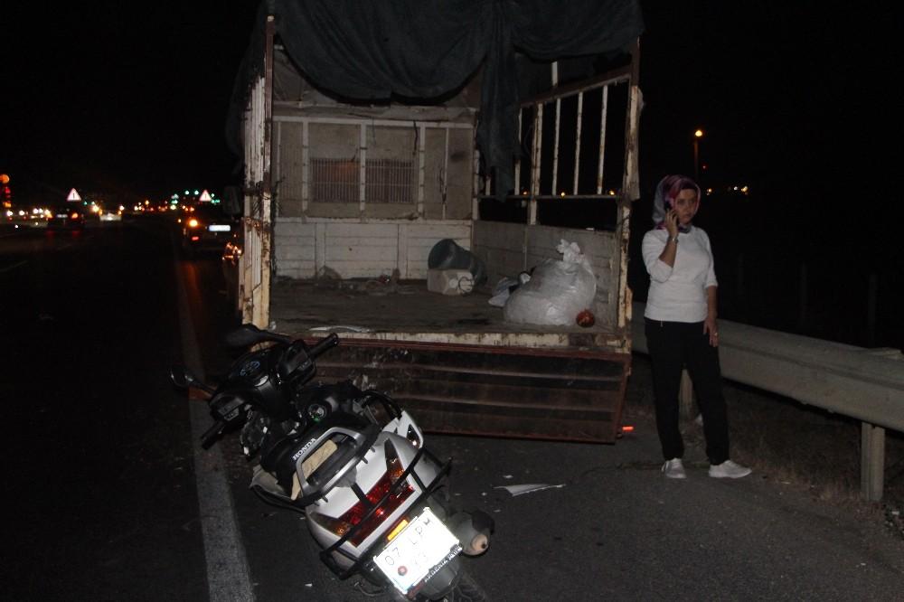 Motosiklet sürücüsü, lastik değiştiren kamyonete çarptı: 1 ölü