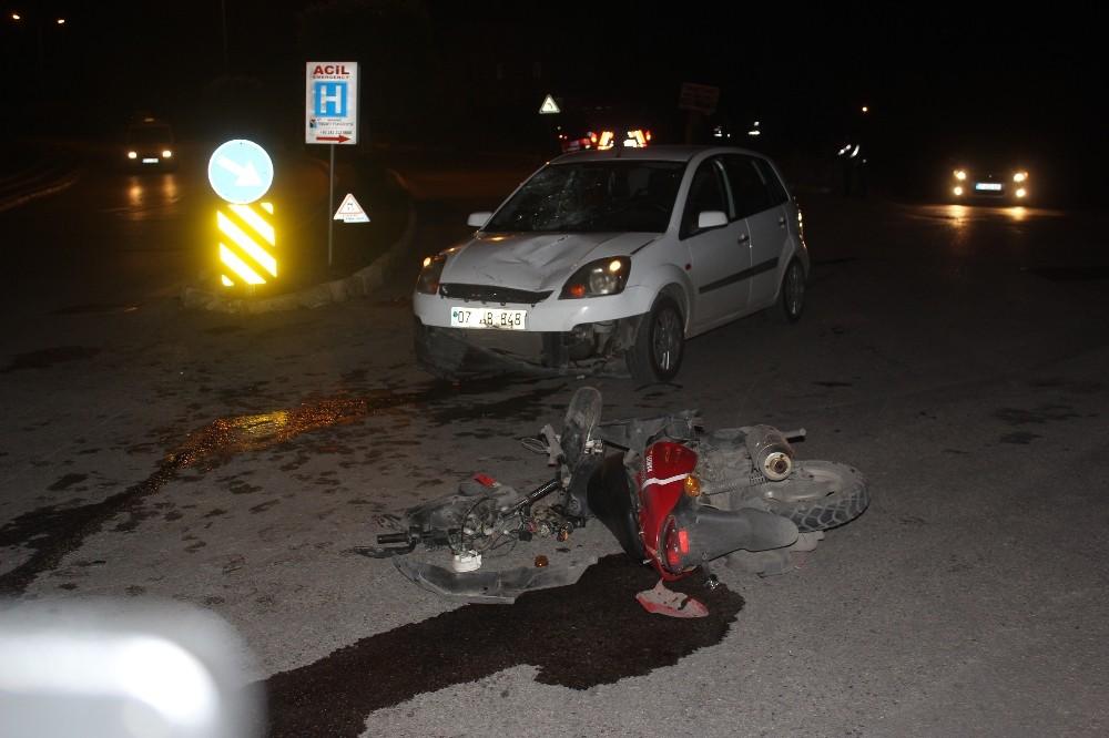 Motosikletle otomobil çarpıştı: 1 ağır yaralı