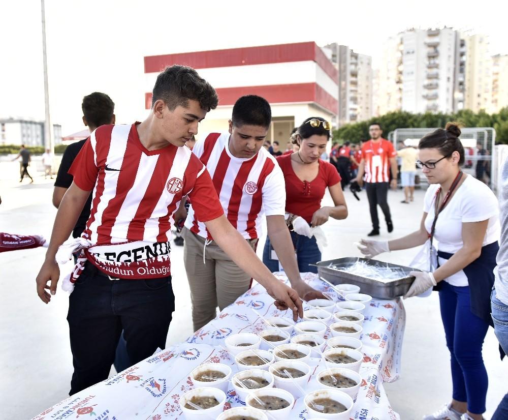 Muratpaşa Belediyesi'nden maç öncesi aşure ikramı