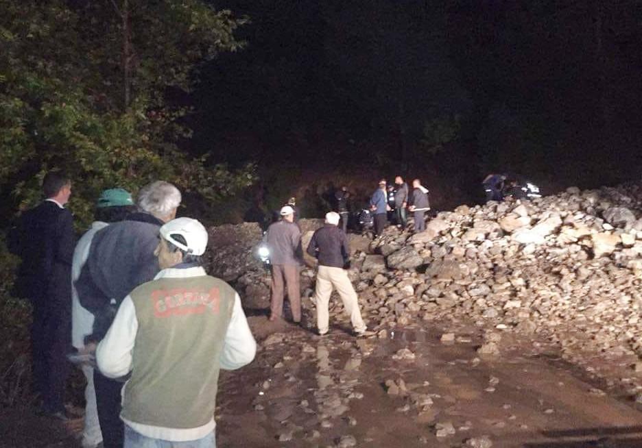 Sel sularına kapılan minibüs uçuruma yuvarlandı: 1 ölü