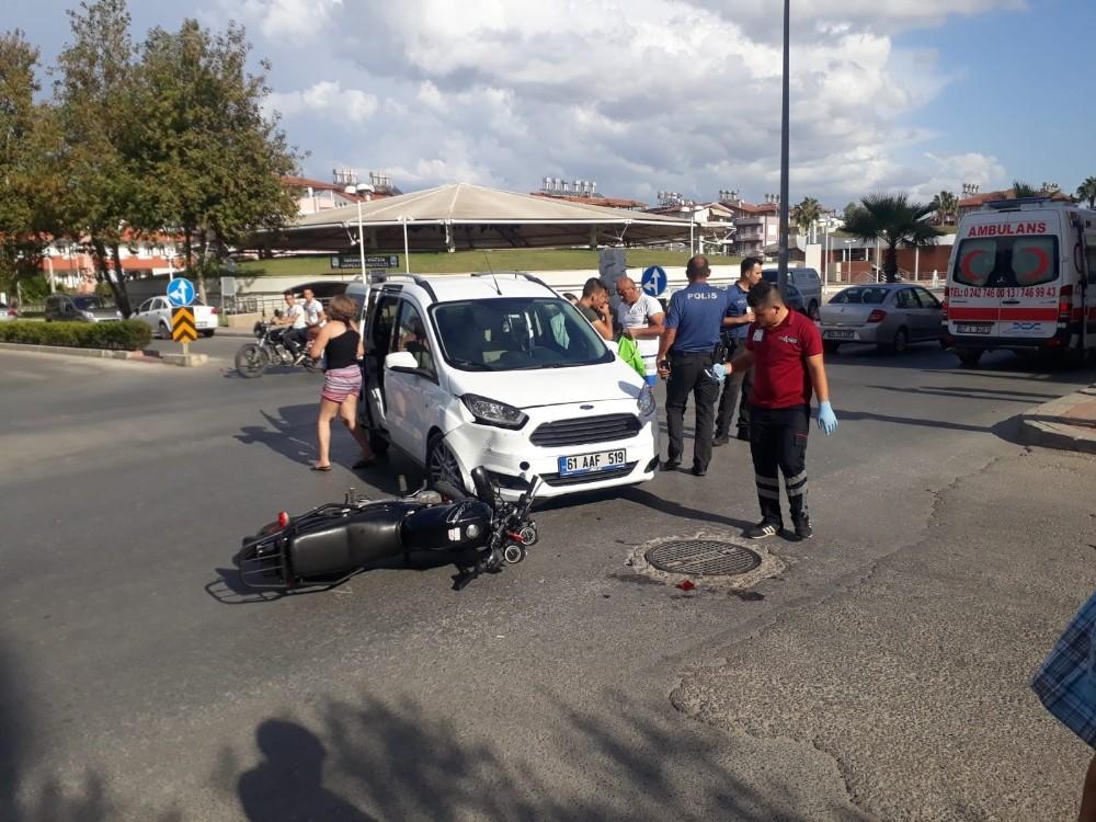 Ticari araç, motosiklete çarptı: 1 Yaralı