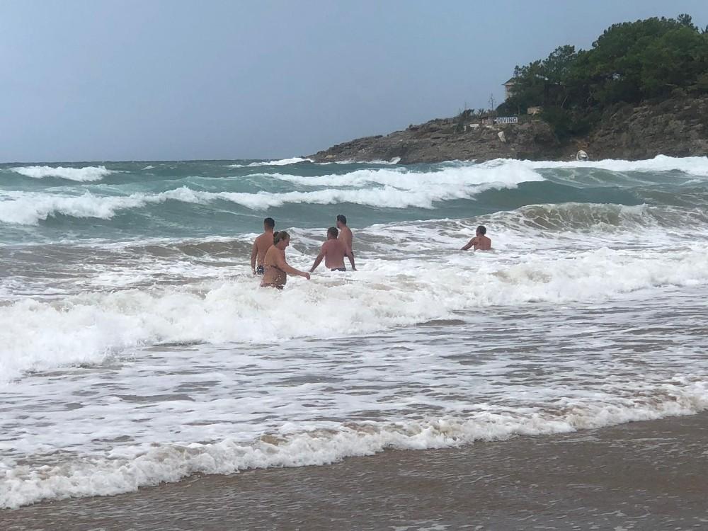 Turistlerin 3 metre dalgada tehlikeli eğlencesi