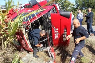 Yangından dönen itfaiye aracı devrildi: 2 yaralı