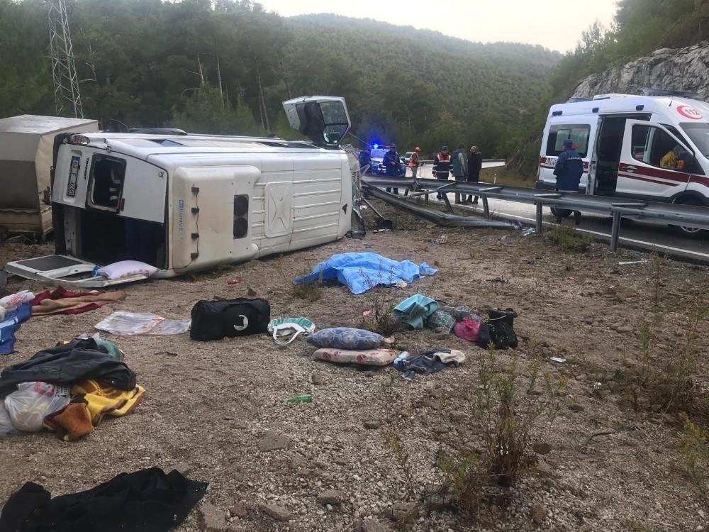 14 kişilik minibüsten 1 ölü 26 yaralı çıktı
