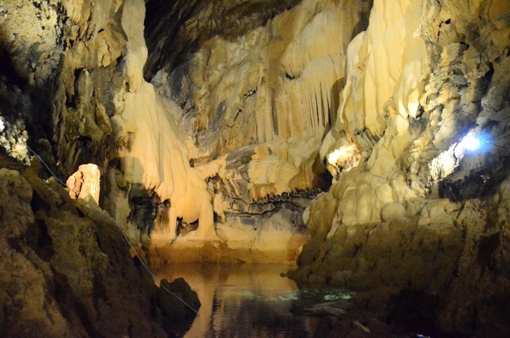 200 metre derinlikteki yeraltı gölünde botlarla muhteşem doğa keşfi