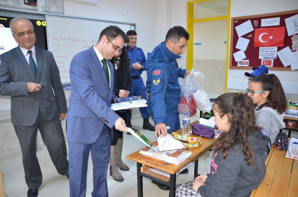 Akseki'de jandarma öğrencilere kitap dağıttı