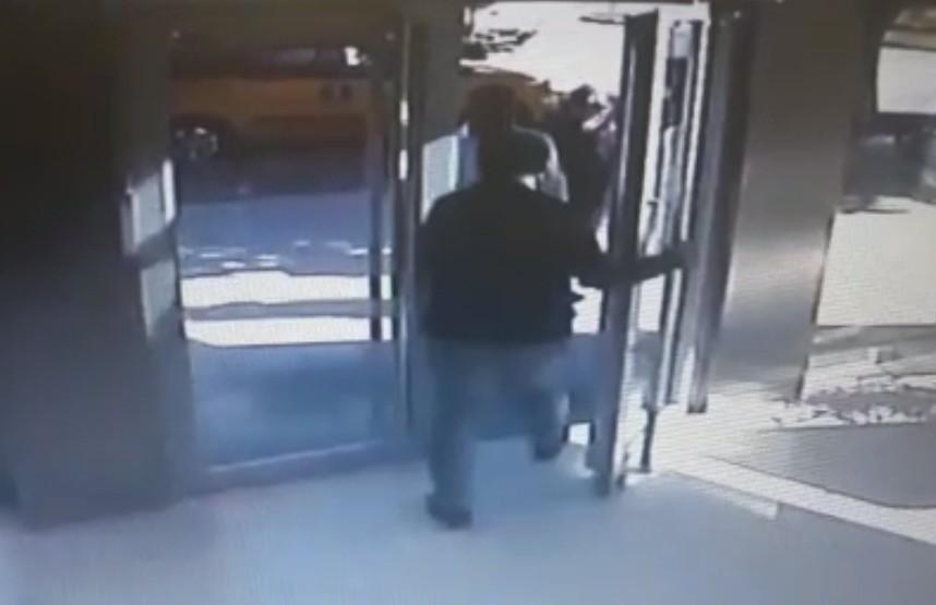 Antalya'da banka kapısından giriş kavgası kamerada