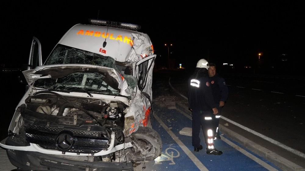 Antalya'da hasta bebeği taşıyan ambulans ile tır çarpıştı: 3 yaralı