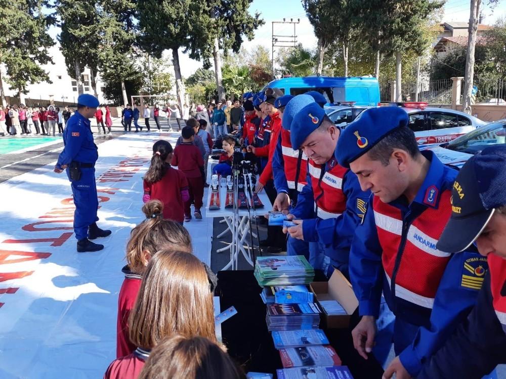 Antalya'da jandarmadan öğrencilere uygulamalı trafik eğitimi