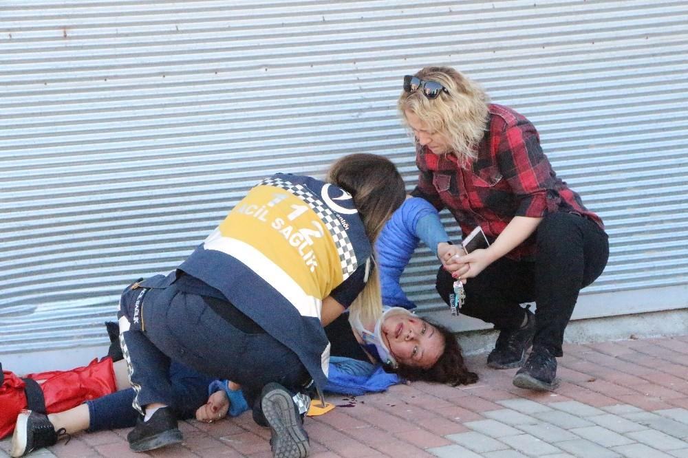 Antalya'da motosikletli baba ve kızı, kafalarındaki kask ile hayatta kaldı