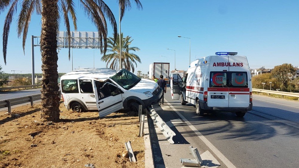 Antalya'da ticari araç tıra çarparak takla attı: 1 yaralı