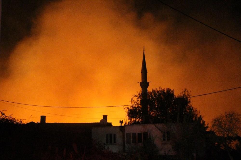 Antalya'da yerleşim alanlarını tehdit eden orman yangını kontrol altına alındı