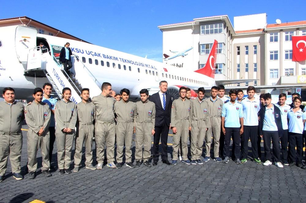 Bakan Ziya Selçuk, dev uçağın önünde öğrenciler olmadan fotoğraf çektirmedi