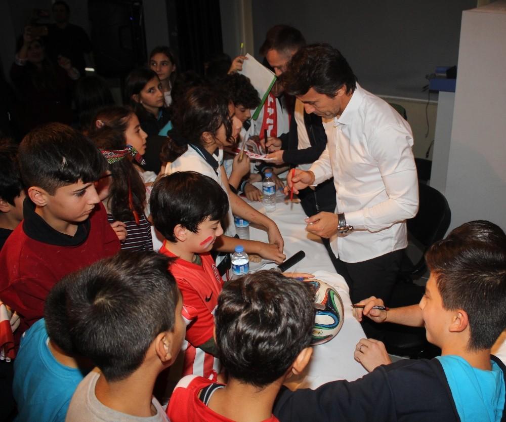 Bülent Korkmaz ve futbolcular, öğrenciler ile buluştu