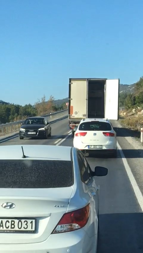Dorse kapağı açılan kamyonun sürücüsü trafiği birbirine kattı