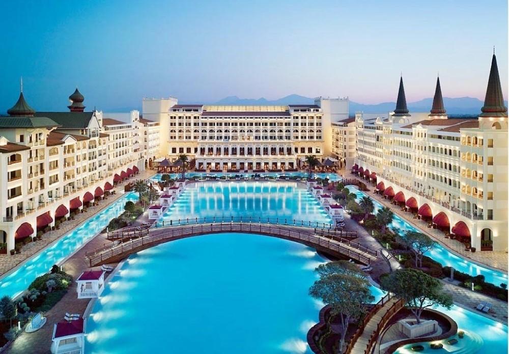 Dünyaca ünlü otel önünde eski işçilerden eylem