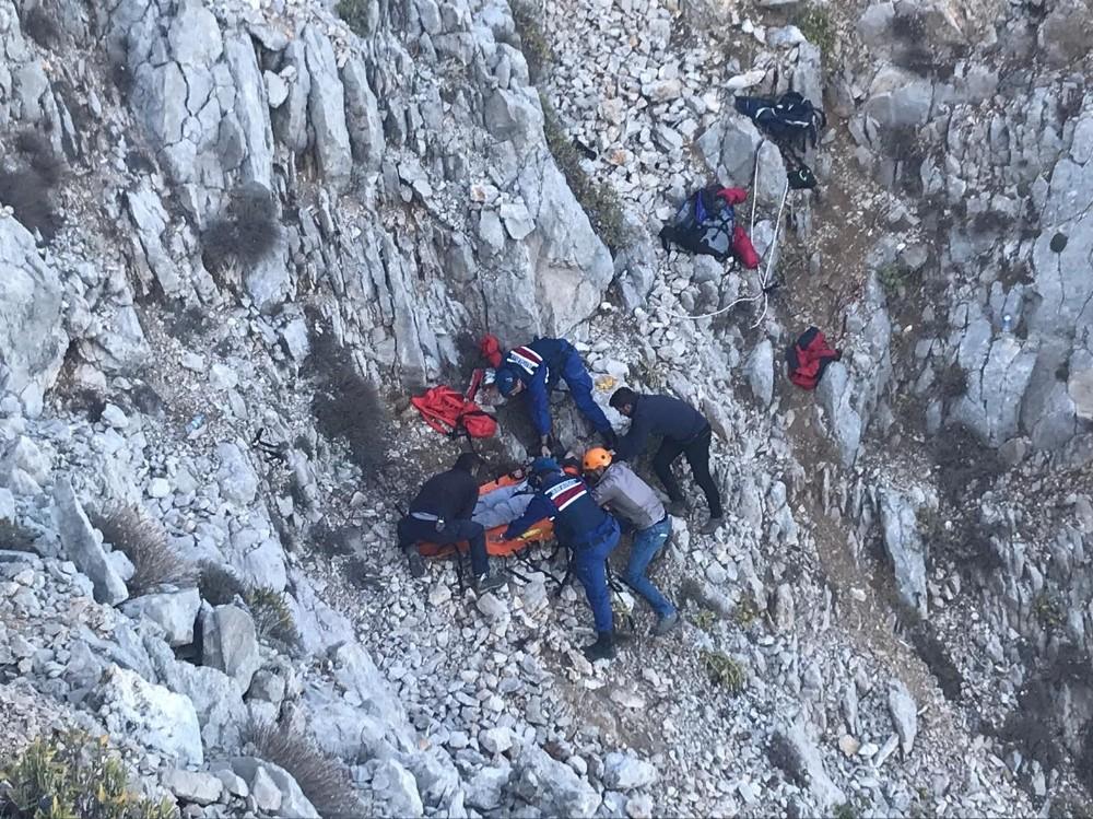 Kayalıklara düşen Fransız yamaç paraşütçüsüne nefes kesen kurtarma operasyonu