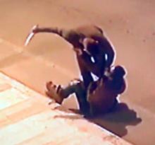 Kız kardeşiyle görüştüğünü öğrendiği genci sokak ortasında bıçakladı