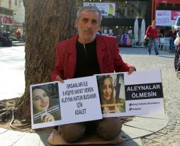 Kızının ölümüne sebep olan sürücünün tutuksuz yargılanmasına isyan eden baba oturma eylemi yaptı