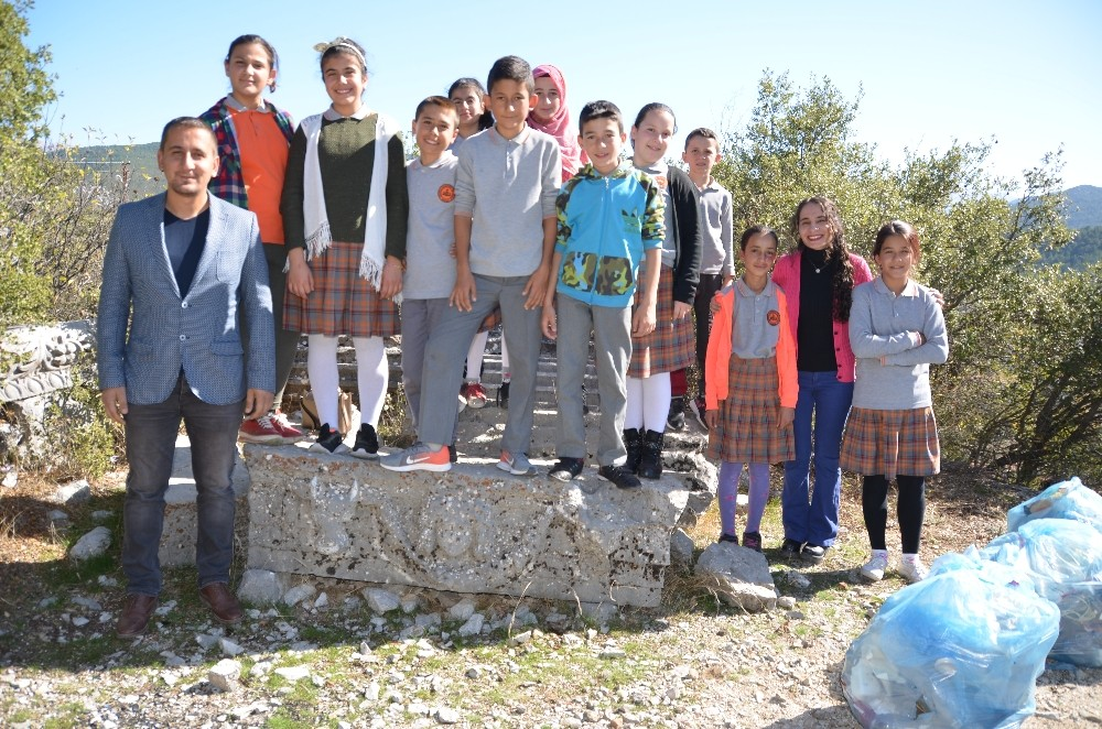 Öğrenciler tarihi Kagrai Antik Kentinde çöp topladı