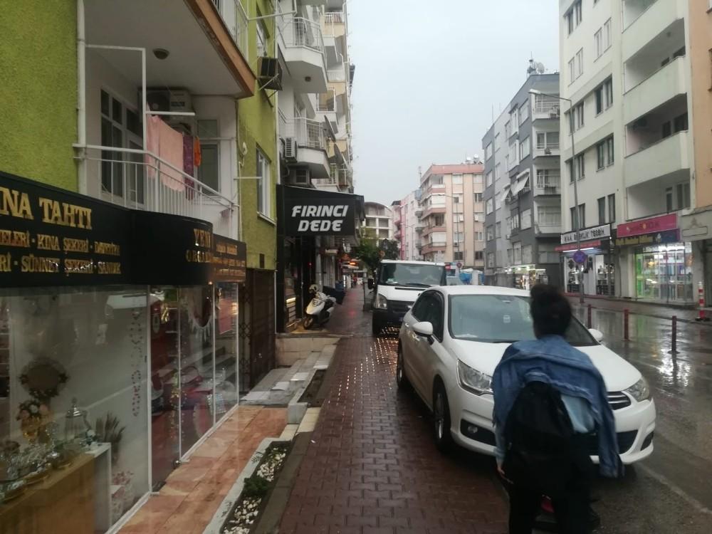 Polise bile ceza kesilen kaldırımlarda araç işgali durmuyor