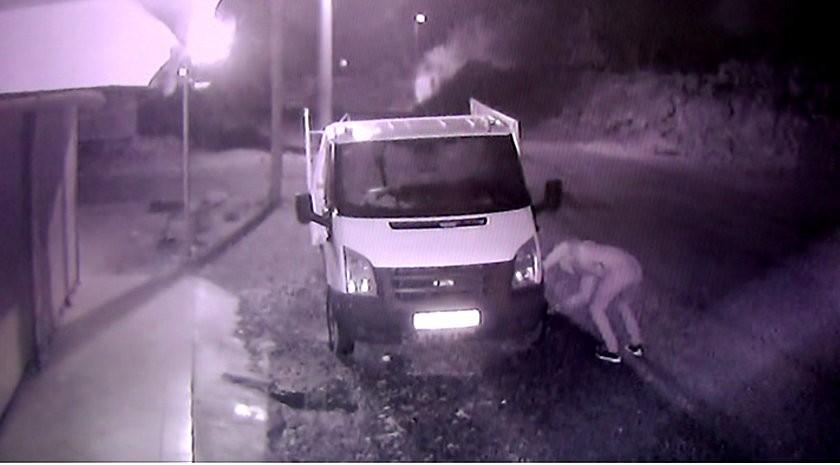 Sabah kamyonetindeki hasarı gördü, güvenlik kamerasını izleyince devreye jandarma girdi