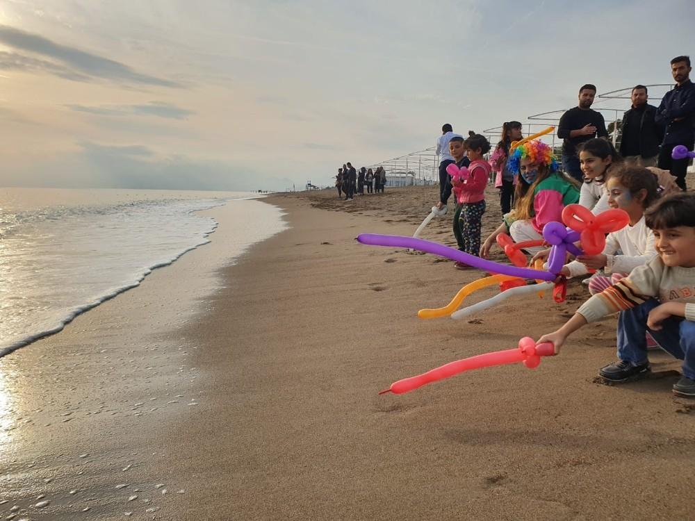 Suriyeli çocuklar Akdeniz'deki göçmen ölümleri için sahilde buluştu