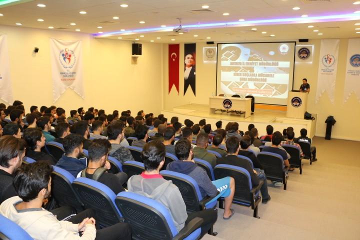 """Üniversite öğrencilerine """"Bilişim, Teknoloji ve Siber Güvenlik"""" Konferansı verildi"""