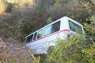 Yoldan çıkan öğrenci servisi 150 metrelik şarampole inip yan yattı: 3 yaralı