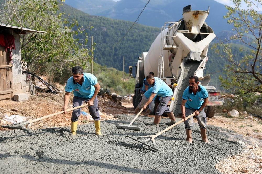 Alanya'da 52 kilometrelik beton yol çalışması gerçekleştirdi