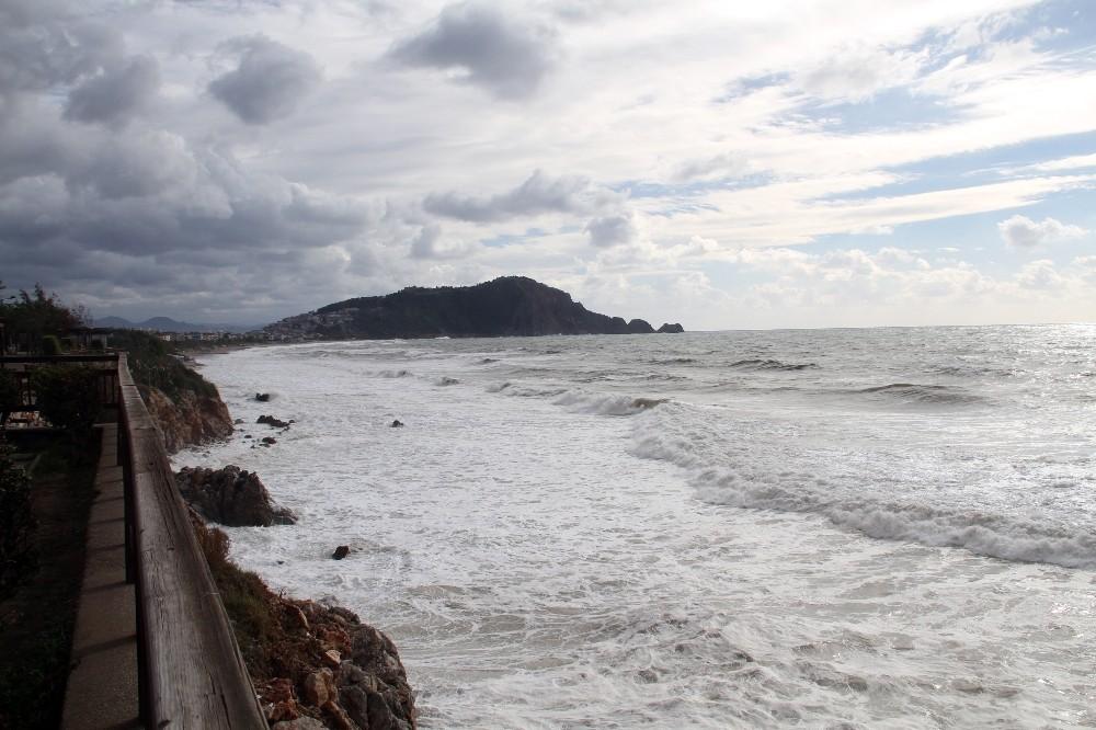 Alanya'da dev dalgalar oluştu, denizin rengi kahverengiye dönüştü