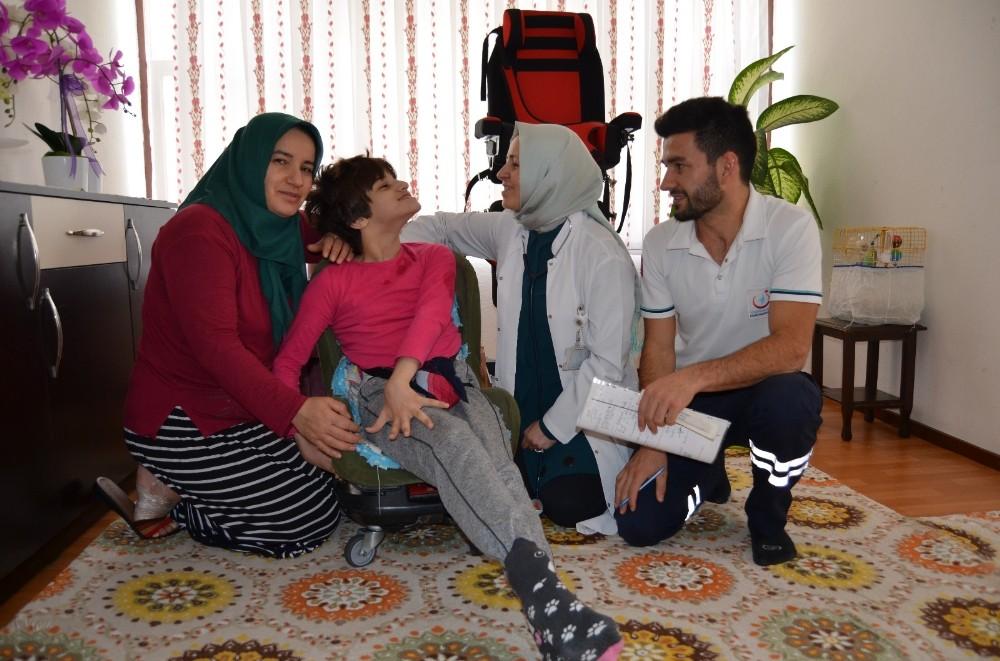 Alanya'da sağlıkçılar engelli bireyleri evinde muayene etti