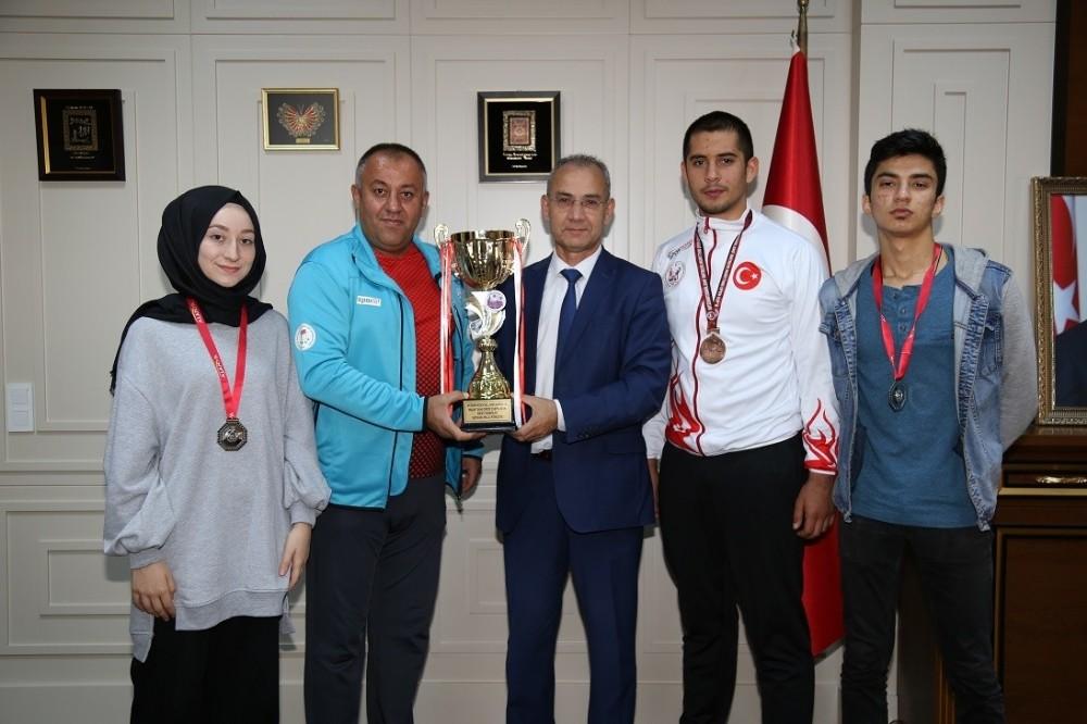 ALKÜ 'lü sporcular kupayı Rektöre hediye etti
