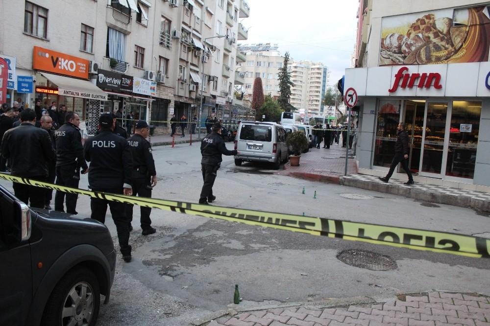 Antalya'da kameralara yansıyan silahlı ve sopalı kavga