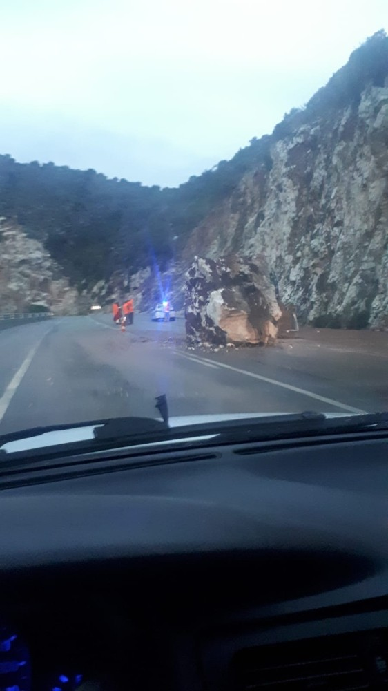 Antalya'da yola yuvarlanan dev kaya korkuttu