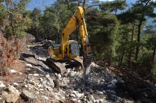 Büyükşehir Kaş'ta dağları kırıp yeni yol açıyor