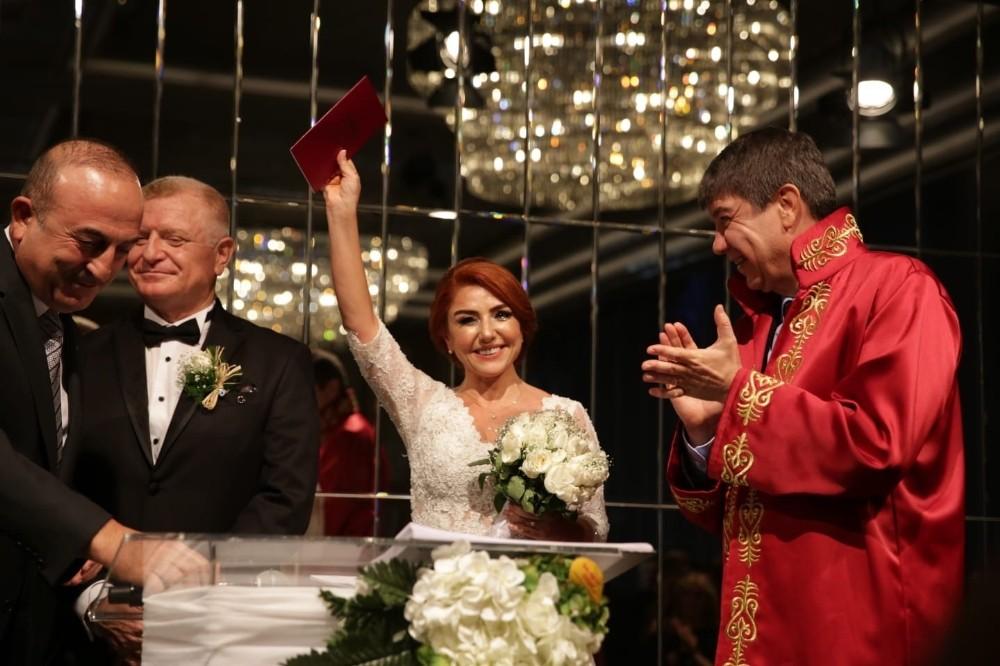 Gazeteci Atasoy, Büyükelçi Aksoy ile dünya evine girdi
