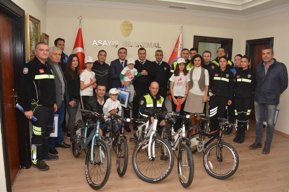 Kırmızı düdük kampanyasında 5 çocuğa bisiklet ödülü