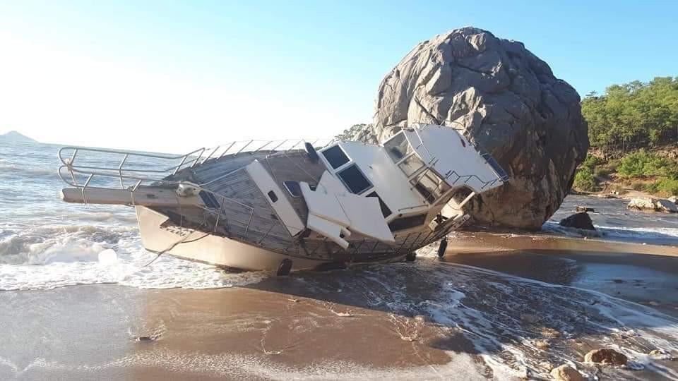 Kıyıya vuran tekne yan yattı