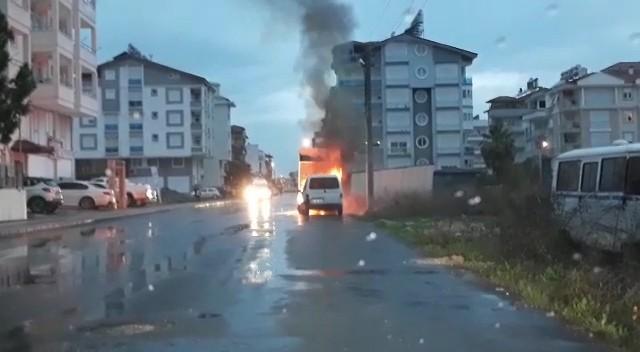 Manavgat'ta park halindeki araç yandı