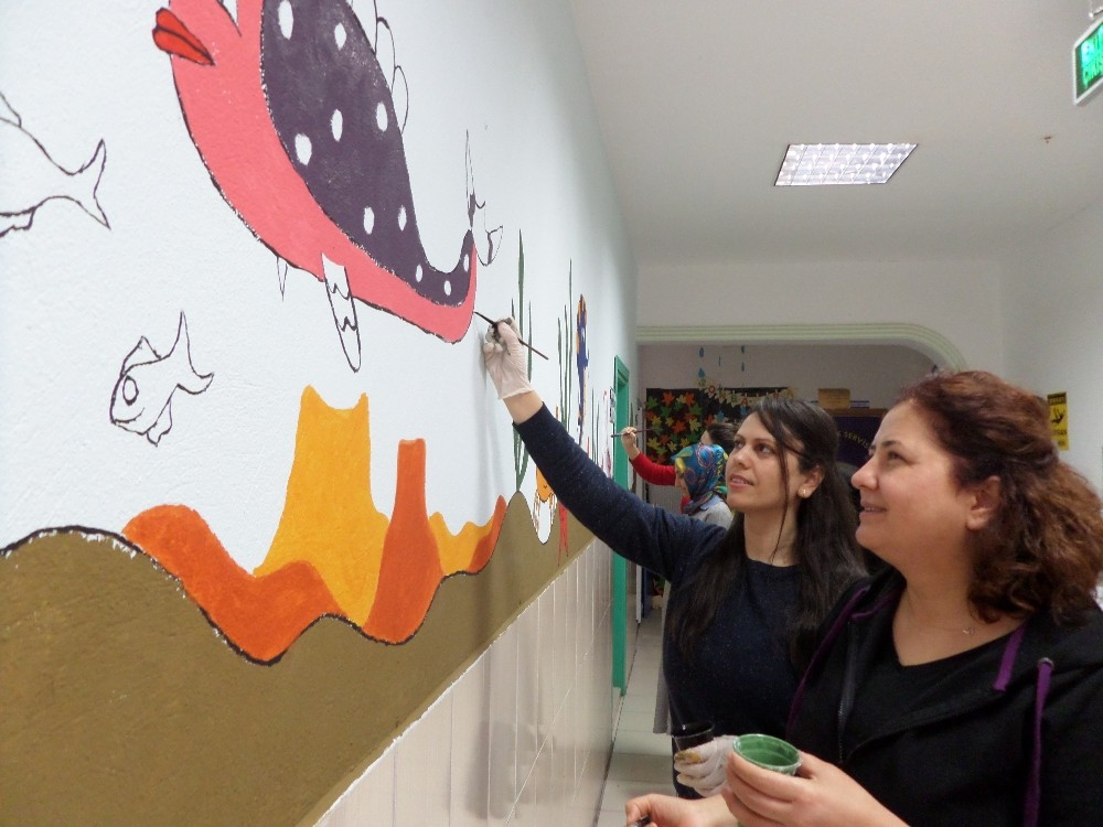 Öğretmenler okul duvarlarına resim yaptı