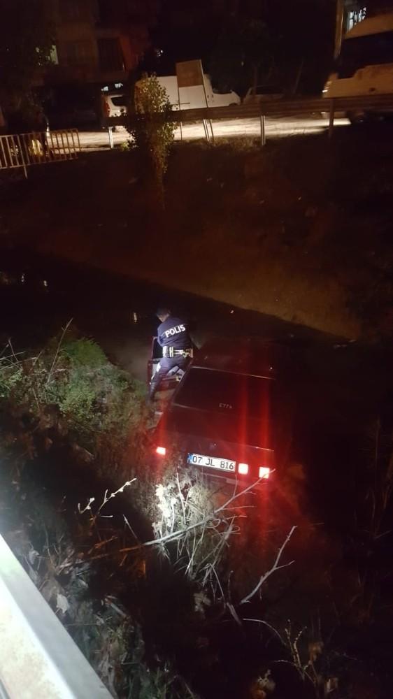Otomobiliyle sulama kanalına uçan kişinin hırsızlık suçundan arandığı çıktı