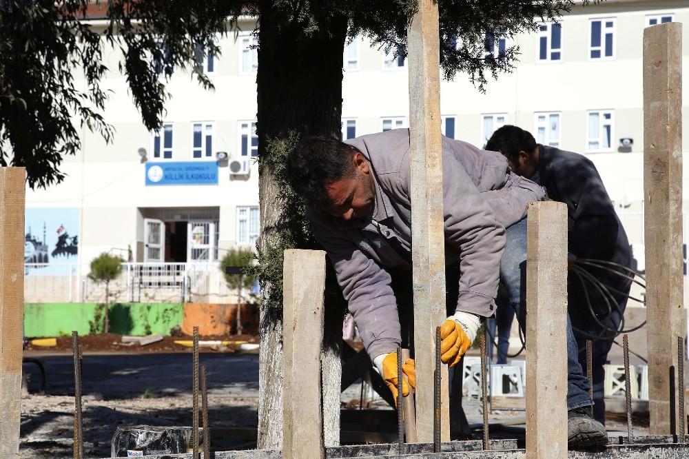 Şiddetli yağış ve dolu nedeniyle yıkılan okul duvarı yeniden yapılıyor
